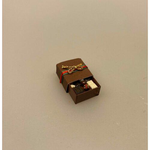 Miniature Chokoladeæske, Miniature Bolchestok, slik, dukkehus, dukkehuset, sættekasseting, sætterkasseting, ting til, dukkehuset, sættekassen, miniatyre, miniaturere, mini, skala 1:12, købmandsbutik, legemad, legeslik, julepynt, nissetilbehør, nissebo, nisserne, nissedør, gaveide, sangskjuler, sød tand, sliksulten, pyrus,
