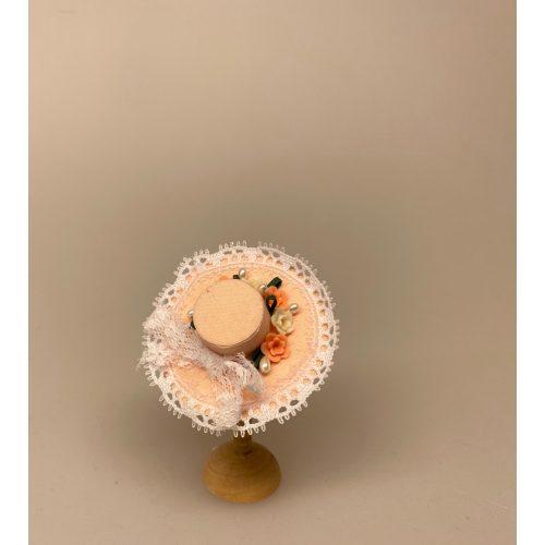 Miniature Hat Ferskenfarvet med Bånd & Blomster, damehat, hat, feminin, dukkehat, dukkebutik, trikotage, dukkehus, dukkehusting, dukkehus tilbehør, ting til dukkehuset, dukkestue,samler, mniaturer, biti, ribe,