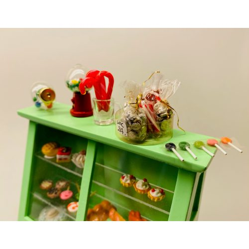 Miniature Rund Slikkepind ,Miniature Bolchestok, slik, dukkehus, dukkehuset, sættekasseting, sætterkasseting, ting til, dukkehuset, sættekassen, miniatyre, miniaturere, mini, skala 1:12, købmandsbutik, legemad, legeslik, julepynt, nissetilbehør, nissebo, nisserne, nissedør, gaveide, sangskjuler, sød tand, sliksulten, pyrus,Miniature Pakke med Slikkepinde