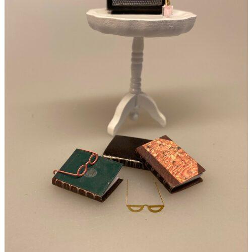 Miniature Bog og briller, hardback, læsehest, journalist, forfatter, digter, gave, gaveide, minibog, miniaturer, lillebitte, sættekasse, ting til, dukkehus, dukkehusting, dukkehus tilbehør, biti, ribe, skala, 1:12