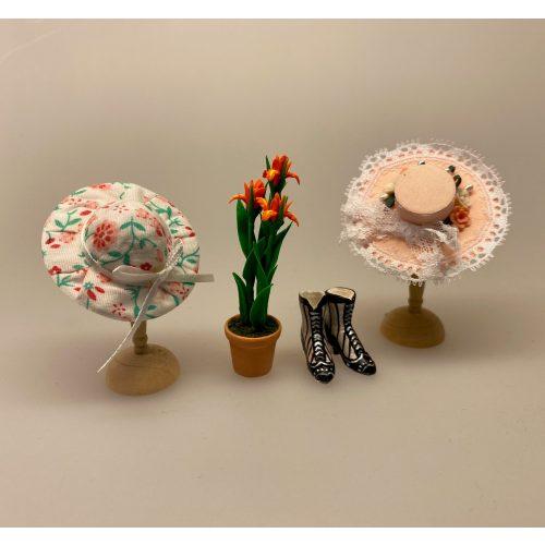 Miniature Hat Blomstret med Bånd,Miniature Hat Ferskenfarvet med Bånd & Blomster, damehat, hat, feminin, dukkehat, dukkebutik, trikotage, dukkehus, dukkehusting, dukkehus tilbehør, ting til dukkehuset, dukkestue,samler, mniaturer, biti, ribe,