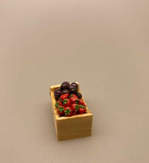 Miniature Kasse med Blommer & Jordbær,Miniature Kasse med kartofler, miniature, miniaturer, dukkehus, dukkehusting, sættekasse, sætterkasse, grøntsager, grønthandler, mini, kartofler, biti, ribe, tilbehør,