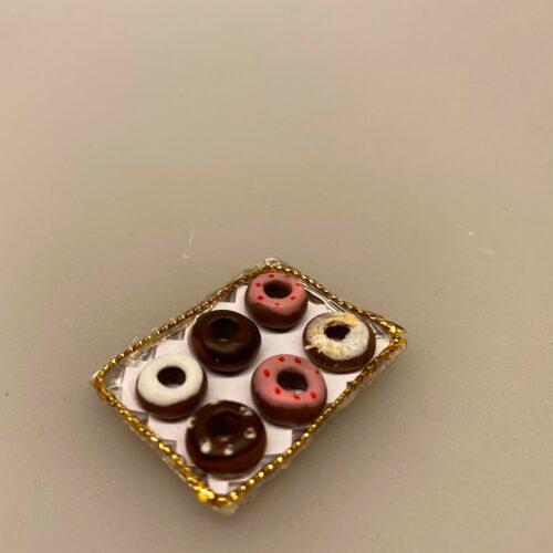Miniature Donuts på plade, bagværk, bagedyst, mini, mad, dukke, dukkemad, dukkehus, dukkehusting, dukkehustilbehør, sætterkasseting, biti, glade munke, bronuts, politi, politimand, bagværk, snack, sangskjuler, sjov, tale, symbolsk gave, nisser, nissedør, tilbehør, dukkehus, miniaturer, 1:12
