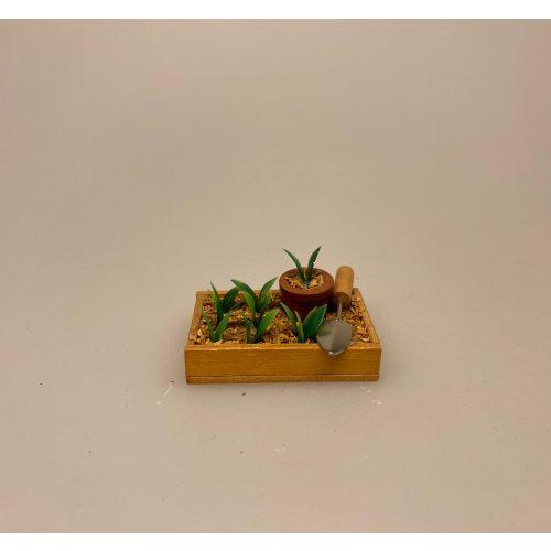 Miniature Plantekasse med ske, forspiring, spiringskasse, udplantning, ompotning, haven blomster, plantekasse, miniature, miniaturer, gartner, landskabsarkitekt, sangskjuler, symbolsk, gave, gavekort, gaveide, færdig, uddannelse, dukkehus, dukkehusting, dukkehustilbehør, miniature, miniaturer, sættekasse, biti, ribe