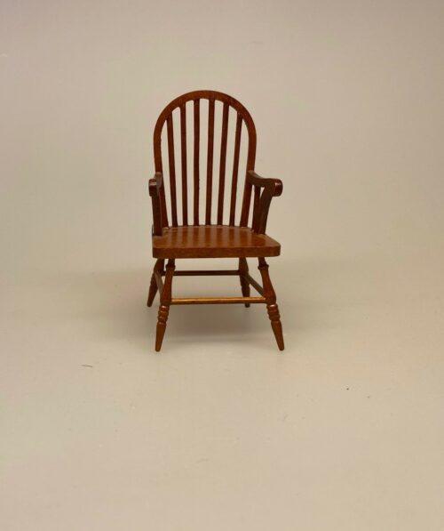Miniature Pindestol med armlæn i Valnød , buet ryg, Miniature Pindestol Valnød, Miniature Pindestol hvid, Miniature Pindestol , stol køkkenstol spisebordsstol, dukkestol, dukkehusmøbler, dukkemøbler, dukkehus, dukkehusting, biti, ribe