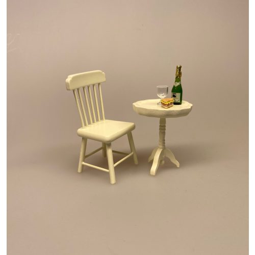 Miniature Pindestol cremefarvet , stol køkkenstol spisebordsstol, dukkestol, dukkehusmøbler, dukkemøbler, dukkehus, dukkehusting, biti, ribe, Miniature Lille rundt cremefarvet bord, cafébord, sidebord