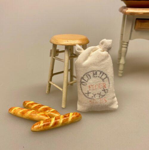 Miniature Bagette, flute, flutes, fransk, picnic, dukkehus, dukkehuset, dukkehusmad, brød, miniaturebrød, bagværk, bager, bagedyst, brødbager, dukkehustilbehør, dukkehusting, nisser, nissedør, nissebo, ting til dukkehuset, ting til nisser, Biti, ribe, dukketing, miniature, miniaturemad,Miniature Flutes