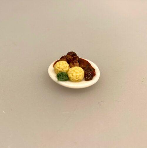 Miniature Tallerken med Frikadeller, Miniature Frikadeller, frikadeller, kartoffelmos, brun sovs, sauce, brun sauce, kødboller, Ikea, Ikea mad, Ikea restaurant, kjötbullar, potatismos, middagsmad, middagsret, dansk mad, mini mad, miniaturemad, dukkusmad, dukkehus, ting til, sætterkassen, sættekasse, sættekasseting, sætterkasseting, dukkehustilbehør, dukkehusting, legemad, biti, ribe, sangskjuler, symbolsk, gavekort, gaveide, sammen med et gavekort, pengegave, restaurant, færdiguddannet, kok, økonoma,