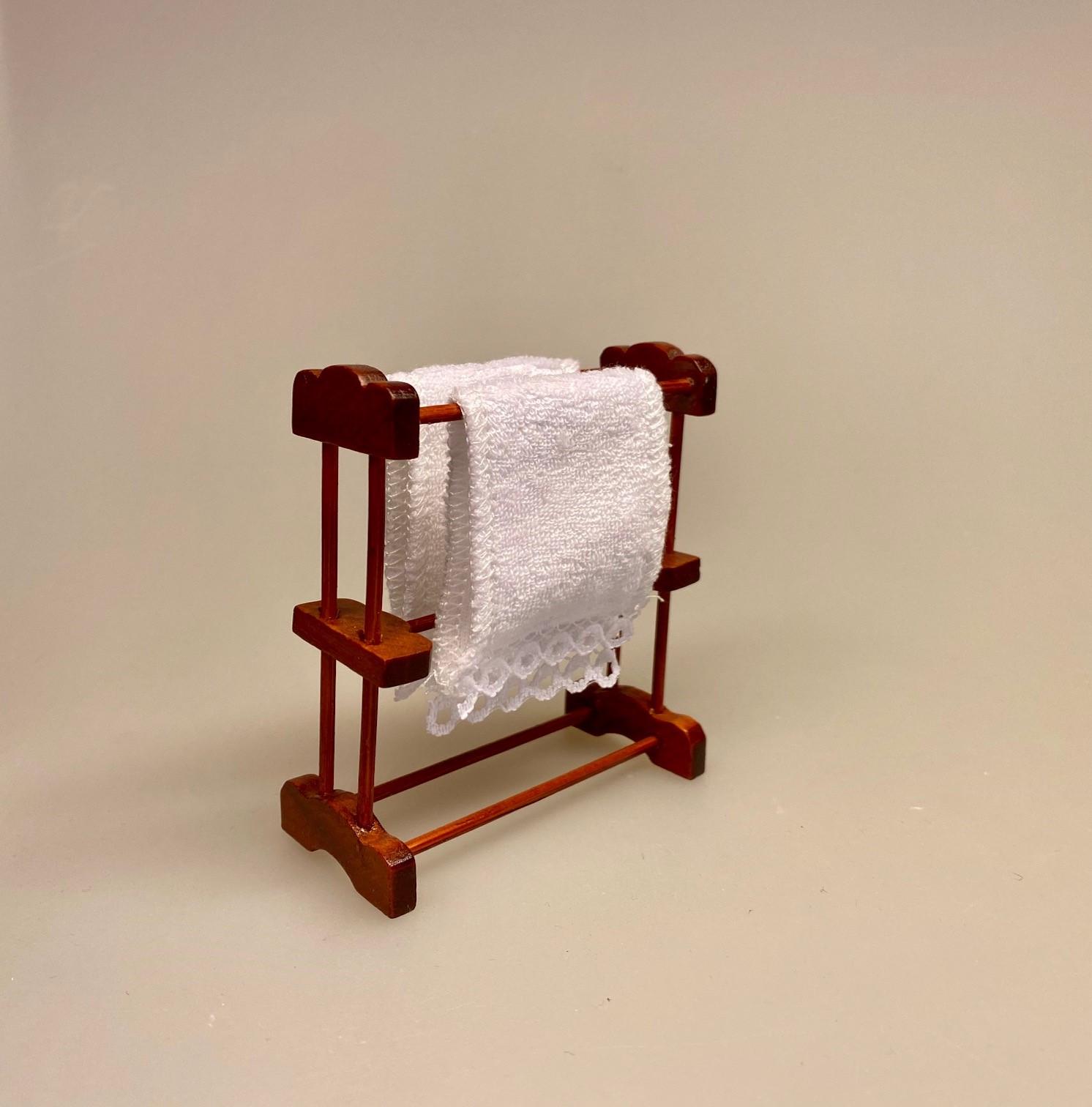 Miniature Håndklædestativ med 2 Håndklæder, håndklædeholder, badeværelse, dukkehusting, dukkehus, dukkehuse, dukkehuset, dukkehustilbehør, ting til dukkehus, miniaturer, miniaturemøbler, dukkehusmøbler, skala 1:12, 1:12, biti, ribe, dukketing,