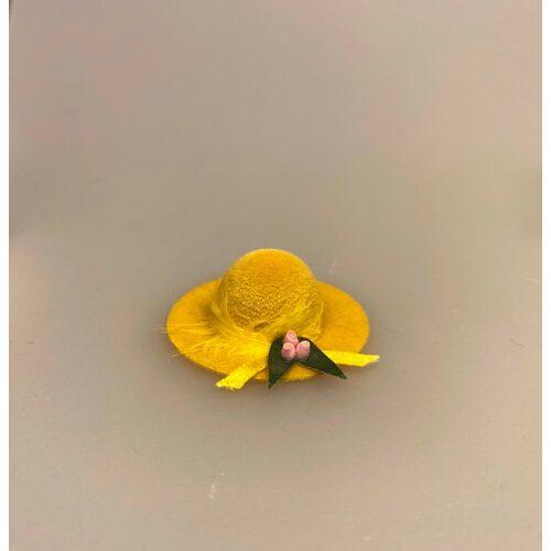 Miniature Hat Gul Velour med fjer og Blomst, Miniature Hat Velour med fjer, damehat, hat, feminin, dukkehat, dukkebutik, trikotage, dukkehus, dukkehusting, dukkehus tilbehør, ting til dukkehuset, dukkestue,samler, mniaturer, biti, ribe,