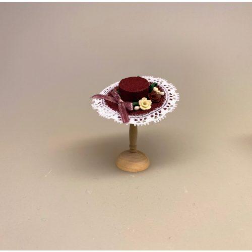 Miniature Hat Vinrød med Bånd & Blomster, damehat, hat, feminin, dukkehat, dukkebutik, trikotage, dukkehus, dukkehusting, dukkehus tilbehør, ting til dukkehuset, dukkestue,samler, mniaturer, biti, ribe,