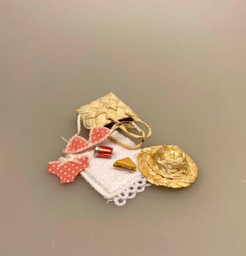 Miniature Strandsæt,Miniature Strå Hat, stråhat, solhat, solfaktor, miniaturer, miniature, dukkehat, lillebitte, dukekhus, dukkehusting, dukkehustilbehør, tilbehør, ting til dukkehus, ting til dukkehuset, strand, hav, fisketur, gavekort, sangskjuler, sjov, tema, symbolsk, fisktur, det vil jeg æde en stråhat på, det vil jeg æde min gamle stråhat på, biti, ribe, sætterkasse, sættekasse,