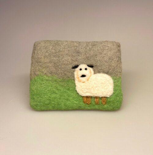 Pung i filtet uld - Lysegrå med får, Pung i filtet uld - Naturhvid med får med får, får, lam, marsken, marsklam, påskelam, påske, børnepung, filt, filtet, filtpung, ting af filt, dansk, ribe, vesterhavet, vadehavet, nationalpark, ribe,