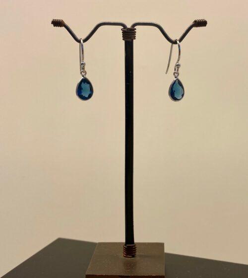Sølv Ørenringe med facetslebet Lille Dråbe - Londonblå Krystal, london blå, londonblå, topaz, topas, ædelsten, blå sten, blå øreringe, blå ørehængere, sølvøreringe, sølvørehængere, sølv ørehængere, dråber, dråbeformede, petrol, petrolblå, petroleumsfarvede, petroleumsblå, blækblå, mørkeblå, grønblå, jeansblå, denimblå, ægte, ægte sølv, sterling sølv, små, flotte, dansk design, danske brands, cool, trendy, moderne, fine, lette, nikkelfri, allergivenlige, allergitestede, biti, ribe, susanne friis bjørner, dulong, maanesten, stine a, corydon, pico, julie sandlau