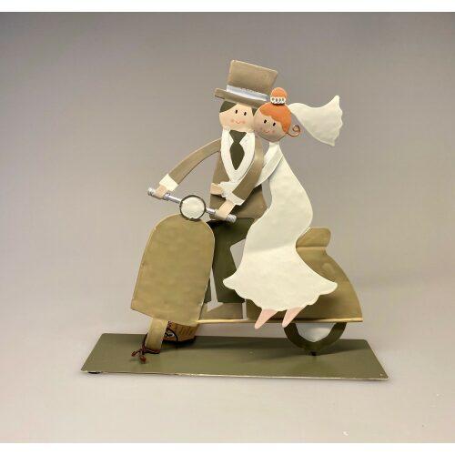 Brudepar på scooter metal, bryllup, bryllupsgave, brudepar, scooter, knallert, puch maxi, sangskjuler, pengegave, gavekort, gaveide, gaveideer, specielt, figur, metal, kunst, kunsthåndværk, biti, ribe, baden,