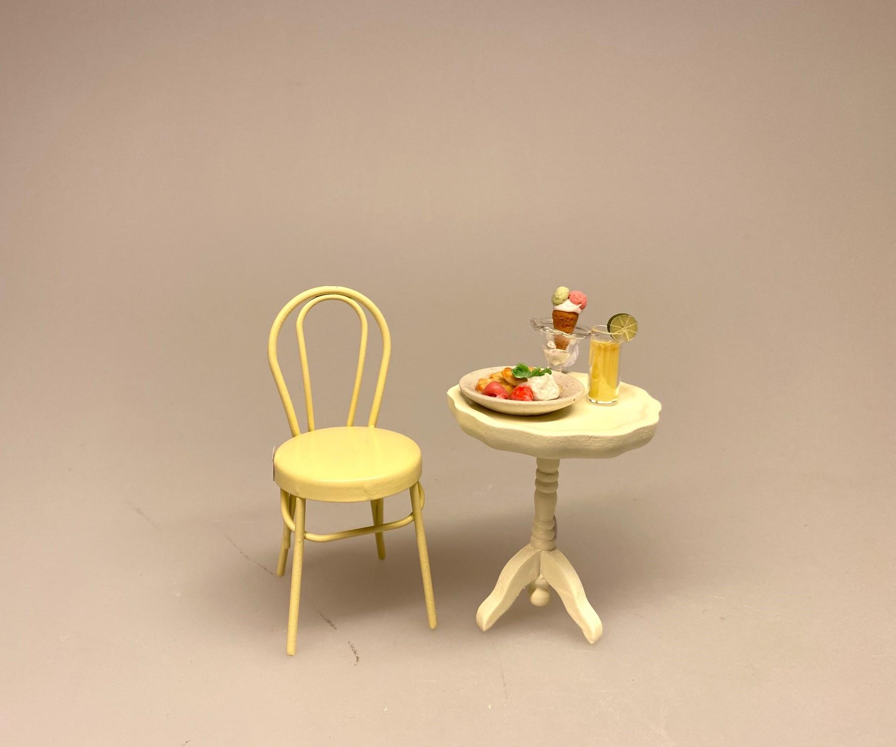 Miniature Metal Stol - Creme, flødefarvet, caféstol, konditori, dukkehus, dukkehusting, dukkemøbler, dukkehusmøbler, dukkestue, dukkehuse, ting til, miniaturer, skala 1/12, 1:12, biti, ribe, små ting, sætterkasse, symbolsk, sangskjuler,
