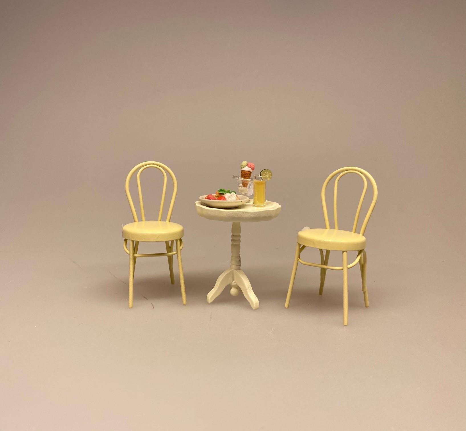 Miniature Metal Stol - Creme, flødefarvet, caféstol, konditori, dukkehus, dukkehusting, dukkemøbler, dukkehusmøbler, dukkestue, dukkehuse, ting til, miniaturer, skala 1/12, 1:12, biti, ribe, små ting, sætterkasse, symbolsk, sangskjuler, puppenstuben, puppenmöbel, minimondus, bodo hennig, almue, nissebo, nissehus, nissedør, til nisserne, nissetilbehør