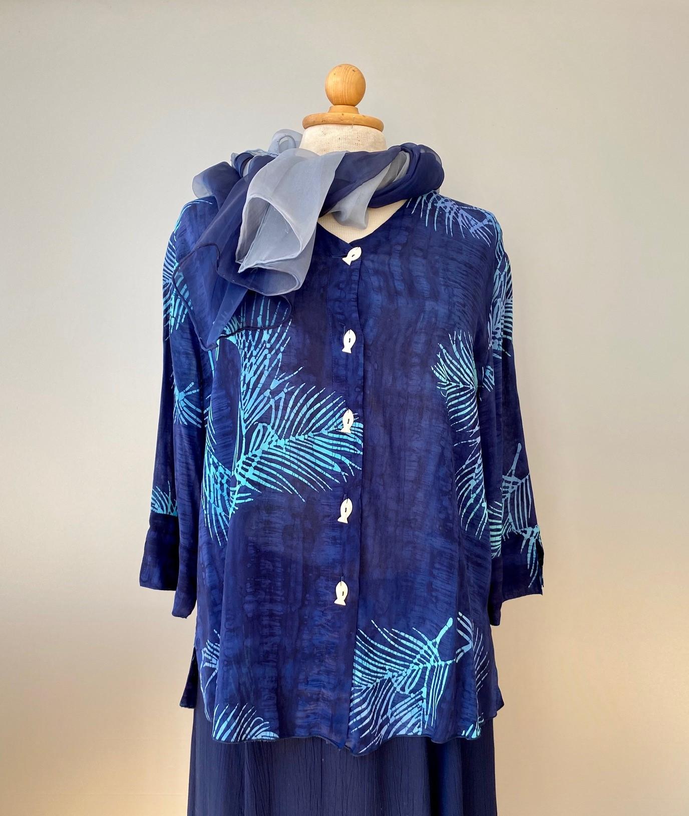 Batik bluse 125 - Mørkeblå Palme, skjorte, skjortebluse, bluse, med knapper, blå, mørkeblå, blå farver, coboltblå, navy, marine, åndbar, figursyet, klædelig, slank, timeglasfigur, knapper, natur, økologisk, bæredygtigt, design, batikfarvet, batikbluse, biti, ribe, vikinger, nationalpark, vadehavet, rømø, mandø