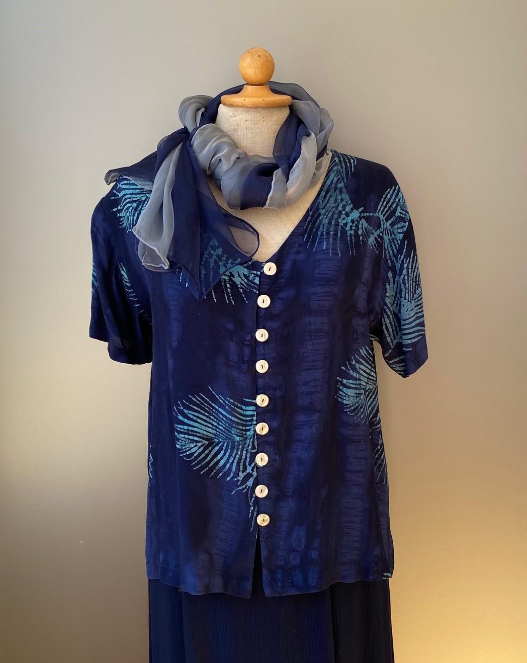 Batik bluse130 - Mørkeblå Palme, skjorte, skjortebluse, bluse, med knapper, blå, mørkeblå, blå farver, coboltblå, navy, marine, åndbar, figursyet, klædelig, slank, timeglasfigur, knapper, natur, økologisk, bæredygtigt, design, batikfarvet, batikbluse, biti, ribe, vikinger, nationalpark, vadehavet, rømø, mandø