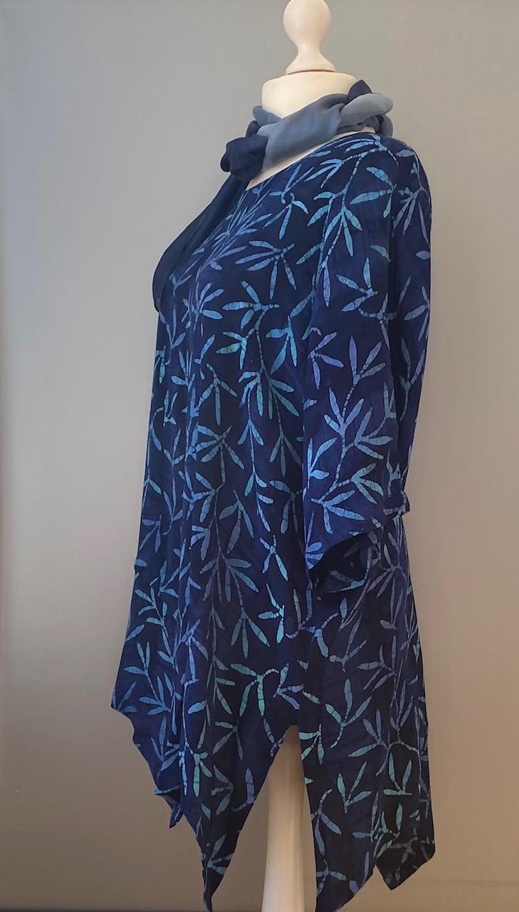 Tunika Model 143 asymetrisk - Padi Mørkeblå, marineblå, blå farver, blå, tunika, løs, vidde, stor, lang, store størrelser, store piger, assymetrisk, asymmetrisk, håndlavet, kunsthåndværk, biti, ribe, dronning, dagmar, batikbluse, batiktryk, batikfarver, batik, farver, økologisk, natur, åndbar, lækker, speciel, smuk
