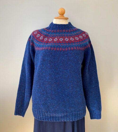 Harley Merino Pullover med færø mønster - Blå med rød, blå trøje, blå, coboltblå, Harley Merino Pullover med færø mønster - Lysegrå,Harley Merino Pullover med færø mønster , natur, naturmateriale, rene varer, naturlige fibre, åndbar, skotsk, skotland, harley og scotland, strik, pullover, trøje, striktrøje, uldtrøje, uldstrik, efterår, ulden, sara lund, gudrun og gudrun, lækker, kvalitet, let strik, ikke for varm, overgangs, biti, ribe, sort sol, vadehavet, design, islænder, færøtrøje, færøstrik, blød, kradser ikke