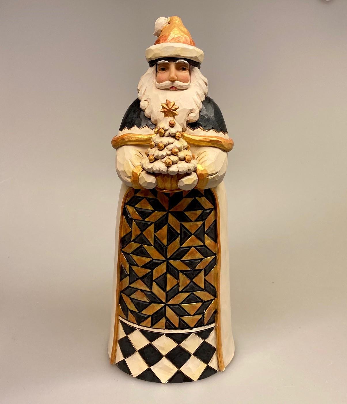 Jim Shore Heartwood creek - Julemand sort og guld med træ, stor figur, stor julemand, jim shore, figur, træfigur, træjulemand, håndsnittet, håndskåret, trænisse, nisse, nissemand, kunst, speciel, kunsthåndværk, tradition, amerikansk, engelsk, dansk, samleobjekt, samler, samlere, julepynt, julefigur, guld, gylden, sort, stilren, stiligt, biti, ribe, kermisk, håndmalet, håndlavet, særlig, eksklusiv,