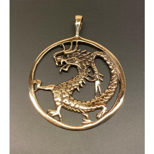 Vikingevedhæng i bronze - Drage i cirkel, drage, magisk, magi, fabeldyr, eventyrligt, eventyr, amulet, beskyttelse, mytologi, vikingesmykker, vikingesmykke, ting med drager, drage, puf, styrke, beskyttelse, held, skjold, museumssmykker, museumssmykke, museums, kopismykke, vikingekopi, vikingefund, fund, opgravninger, gamle, guder, nordiske, aser, asatro, gamle guder, ribe, vadehavet, sort sol, biti, ribe, nationalpark, speciel, flot, bronze, bronzesmykke, bronzesmykker, bronze vedhæng,