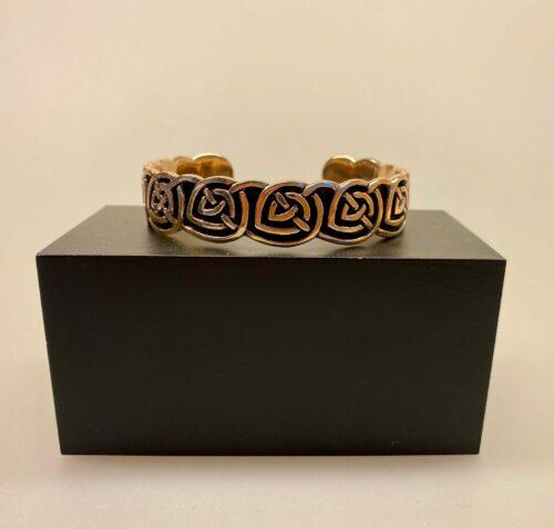 Armbånd bronze med keltisk evighedsflet, vilkinger, vikingearmbånd, vikingesmykker, vikingefund, fund, smykker, bronze, bbronzearmbånd, herresmykker, herrearmbånd, museums, museumssmykker, gamle, guder, nordiske, mytologi, aser, asatro, keltisk, evigheden, eternity, biti, ribe, kopismykker, kopi, vadehavet, ansgar