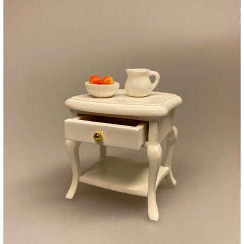 Miniature Lille Hvidt Bord med skuffe, med knop, sengebord, Miniaturebord , te, testel, minibar, barbord, teatime, afternoon tea, Miniature Sidebord , lille, sidebord, lampebord, træbord, dukkehus, dukkehusmøbler, dukkehusting, dukkehustilbehør, dukkehuset, dukkestue, dukkemøbler, biti, ribe, sangskjuler, symbolsk, gavekort, gaveide, nisser, nissebo, nisserne, nissedør, nissetilbehør, ting til,