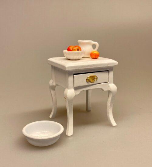 Miniature Lille Hvidt Bord med skuffe og svungne ben, Miniature Lille Hvidt Bord med skuffe, med knop, sengebord, Miniaturebord , te, testel, minibar, barbord, teatime, afternoon tea, Miniature Sidebord , lille, sidebord, lampebord, træbord, dukkehus, dukkehusmøbler, dukkehusting, dukkehustilbehør, dukkehuset, dukkestue, dukkemøbler, biti, ribe, sangskjuler, symbolsk, gavekort, gaveide, nisser, nissebo, nisserne, nissedør, nissetilbehør, ting til,