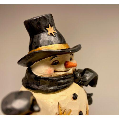 Jim Shore Heartwood creek - Stor Snemand med Julekugle, elegant, cool, john wayne, Jim Shore Heartwood creek - lille Snemand med kost, frost, snowman, frozen, disney, snemand, glad, snemand frost, træfigur, udskåret, snemandsfigur, snemandpynt, julefigur, julepynt, træsnit, af træ, træsnemand, drejet, snittet, lille, hænge, juletræspynt, til juletræet, gaveide, særlig, samlere, samleobjekt, julen , 2020, ribe, jim shore, håndlavet, håndarbejde, kunsthåndværk,