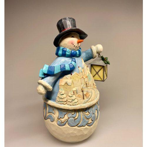 Jim Shore Heartwood creek - Stor Snemand med Lanterne, glimmer, glitter, snekugle, snemand frost, winter wonderland, magi, magisk, snedække, landsby, sceneri, lanterne, lygte, julefigur, julepynt, kunsthåndværk, håndarbejde, håndlavet, samlere, samlerfigur, snemandsfigur, figur, figurer, figure, spændende, herlig, finurlig, smuk, rar, venlig, disney, frozen, frost, snamnd frost, stor, træfigur, træskærearbejde, træsnit, drejet, træfigur, biti, ribe