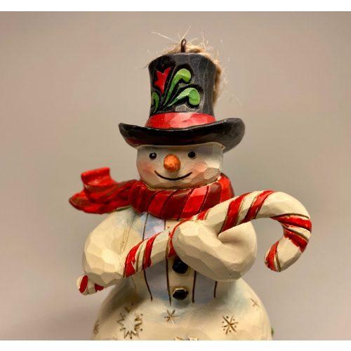 Jim Shore Heartwood creek - lille Snemand med Bolchestok, sukkerstok, slikstok, Jim Shore Heartwood creek - lille Snemand med kost, frost, snowman, frozen, disney, snemand, glad, snemand frost, træfigur, udskåret, snemandsfigur, snemandpynt, julefigur, julepynt, træsnit, af træ, træsnemand, drejet, snittet, lille, hænge, juletræspynt, til juletræet, gaveide, særlig, samlere, samleobjekt, julen , 2020, ribe, jim shore, håndlavet, håndarbejde, kunsthåndværk,