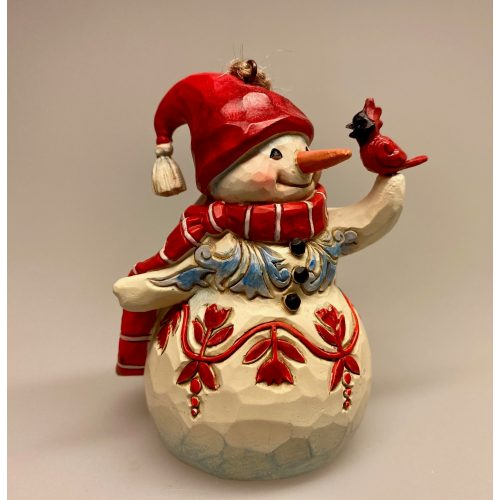 Jim Shore Heartwood creek - lille Snemand med fugl, cardinal, nissehue, Jim Shore Heartwood creek - lille Snemand , Jim Shore Heartwood creek - frost, snowman, frozen, disney, snemand, glad, snemand frost, træfigur, udskåret, snemandsfigur, snemandpynt, julefigur, julepynt, træsnit, af træ, træsnemand, drejet, snittet, lille, hænge, juletræspynt, til juletræet, gaveide, særlig, samlere, samleobjekt, julen , 2020, ribe, jim shore, håndlavet, håndarbejde, kunsthåndværk,