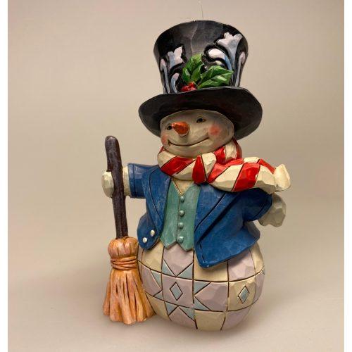 Jim Shore Heartwood creek - lille Snemand med kost, frost, snowman, frozen, disney, snemand, glad, snemand frost, træfigur, udskåret, snemandsfigur, snemandpynt, julefigur, julepynt, træsnit, af træ, træsnemand, drejet, snittet, lille, hænge, juletræspynt, til juletræet, gaveide, særlig, samlere, samleobjekt, julen , 2020, ribe, jim shore, håndlavet, håndarbejde, kunsthåndværk,