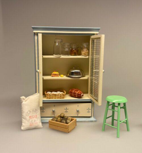 Miniature Flueskab Cremefarvet, fadebur, køleskab, upstairs, downstairs, lysegult, pastelfarvet, flødefarvet, køkken, Miniature Køkkenskab Mørkegrønt, flaskegrønt, køkken, køkkenskab, køkkenreol, dukkehuskøkken, dukkekøkken, nissebo, nisserne, nissehus, nissedør, almue, bondestil, dukkehus, dukkehusmøbler, dukkemøbler, bondestil, miniature, biti, ribe
