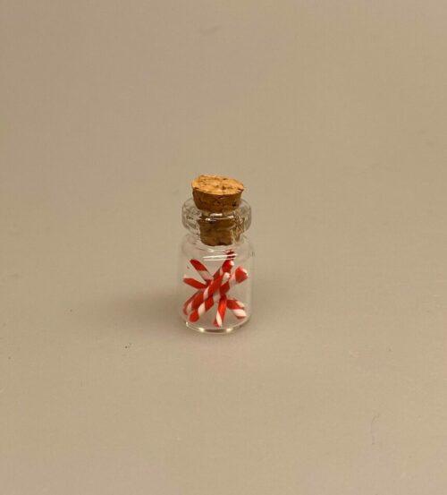 Miniature Slikpose med Kulørte Dalere, Miniature Bolchestok, slik, dukkehus, dukkehuset, sættekasseting, sætterkasseting, ting til, dukkehuset, sættekassen, miniatyre, miniaturere, mini, skala 1:12, købmandsbutik, legemad, legeslik, julepynt, nissetilbehør, nissebo, nisserne, nissedør, gaveide, sangskjuler, sød tand, sliksulten, pyrus,Miniature Slikpose med Sølvdalere, Miniature Glas med Bolchestænger pebermynte