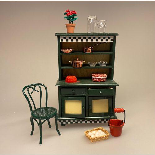 Miniature Køkkenskab Mørkegrønt, flaskegrønt, køkken, køkkenskab, køkkenreol, dukkehuskøkken, dukkekøkken, nissebo, nisserne, nissehus, nissedør, almue, bondestil, dukkehus, dukkehusmøbler, dukkemøbler, bondestil, miniature, biti, ribe