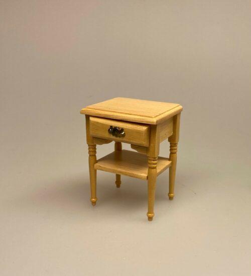 Miniature Lille Bord med skuffe og hylde natur, lyst, træ, lille bord, dukkehusmøbler, dukkemøbler, nissemøbler, sidebord, kommode, nissebo, nissedør, nissehus, dukkehuset, dukkehusting, tilbehør, 1:12, biti, ribe