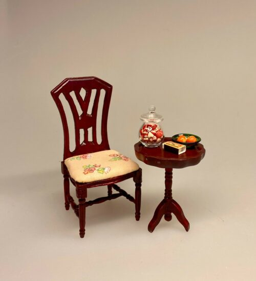 Miniature Lille rundt bord mahogny ,Miniature Gyngestol Mahogny, Miniature kamin i Mahogny, Miniature Kamin lys træ, miniature, miniaturer, dukkehus, dukkehusting, dukkehustilbehør, ting til dukkehuset, 1:12, kamin, kaminhylde, op på kaminhylden, og glimmer på, hella joof, pejs, åben pejs, ildsted, kakkelovn, brændeovn, nissebo, nissedør, santa, chimney, chimny, nissetilbehør, nisseting, ting til nisser,