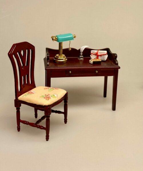 Miniature Skrivebord Mahogny, Miniature Bordlampe med grøn skærm, læselampe, batteri, LED, dukkehus, dukkehuslampe, belysning, batterilampe, skrivebordslampe, mini, minaturer, sættekasse, tilbehør, dukkehusting, Miniature Sort Skrivebord,møbler, interiør, biti, ribe