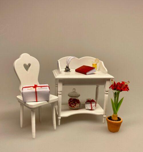 Miniature Skrivepult lille hvid, skrivebord, sygeplejerske, sygepleje, lampebord, lille, træ, dukkestue, dukkemøbler, miniature, miniaturer, dukkehusmøbler, dukkehusting, dukkehustilbehør, ting til, tilbehør, nisser, nisseting, nissedør, nissetilbehør, nissehus, nissebo, 1:12, biti, ribe,