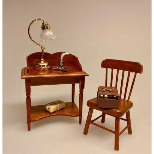 Miniature Skrivepult lille valnød, skrivebord, sygeplejerske, sygepleje, lampebord, lille, træ, dukkestue, dukkemøbler, miniature, miniaturer, dukkehusmøbler, dukkehusting, dukkehustilbehør, ting til, tilbehør, nisser, nisseting, nissedør, nissetilbehør, nissehus, nissebo, 1:12, biti, ribe,