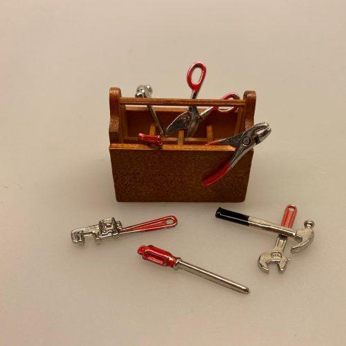 Miniature Værktøjskasse , håndværker, handyman, sangskjuler, symbolsk, gave, svendebrev, færdig, håndværker, julemandens værksted, nissebo, nisseværksted, gaver, nissedør, nissehus, værksted, miniaturer, hammer, knibtang, rørtang, svensknøgle, skruetrækker, biti, ribe, dukkehus, dukkehusting, dukkehustilbehør, biti