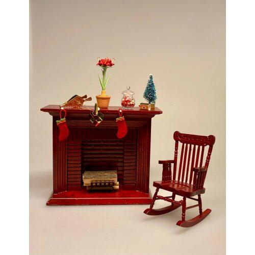 Miniature Gyngestol Mahogny, Miniature kamin i Mahogny, Miniature Kamin lys træ, miniature, miniaturer, dukkehus, dukkehusting, dukkehustilbehør, ting til dukkehuset, 1:12, kamin, kaminhylde, op på kaminhylden, og glimmer på, hella joof, pejs, åben pejs, ildsted, kakkelovn, brændeovn, nissebo, nissedør, santa, chimney, chimny, nissetilbehør, nisseting, ting til nisser,