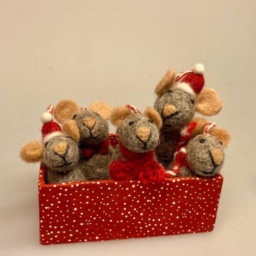 Mus - filtede Mus grå, julepynt, julemus, mus, filtmus, filt, nålefilt, uld, uldfilt, filtet uld, uldfigurer, kunsthåndværk, håndlavet, bæredygtigt, design, hyggelig, finurlig, speciel, særlig, eksklusiv, sød, sjov, biti, ribe, vadehavet, peters jul, uldne, fåreuld, markslam