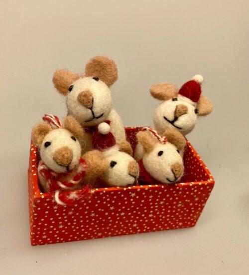 Mus - filtede Mus hvide, hvide mus, Mus - filtede Jule Mus grå, julepynt, julemus, mus, filtmus, filt, nålefilt, uld, uldfilt, filtet uld, uldfigurer, kunsthåndværk, håndlavet, bæredygtigt, design, hyggelig, finurlig, speciel, særlig, eksklusiv, sød, sjov, biti, ribe, vadehavet, peters jul, uldne, fåreuld, markslam