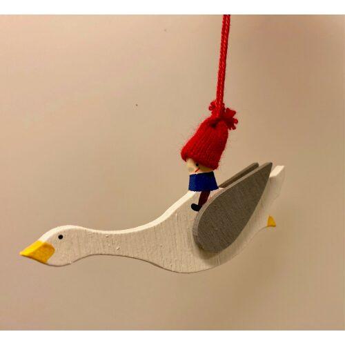 Ophæng - Niels Holgersen lille, julepynt, ophæng, uro, træpynt, træophæng, nils holgersen, niels holgersen, nisse på gås, flyvende gås, gås, på gåsen, biti, ribe, svensk, kunsthåndværk, gaveide,