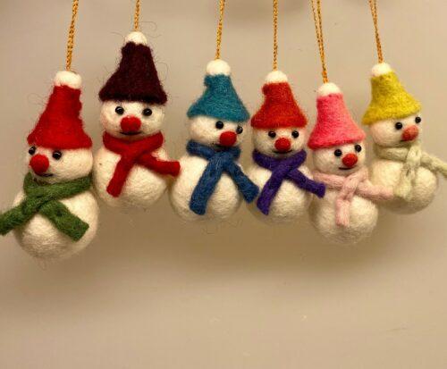 Snemand af filtet uld lille, snemand, snekone, Snemand - filtet uld - med blå strikhue - Snemand - filtet uld - med grøn strikhue - Snemand - filtet uld - med rød strikhue, peters jul, ribe, biti, julepynt, finurlig, gry, sif,