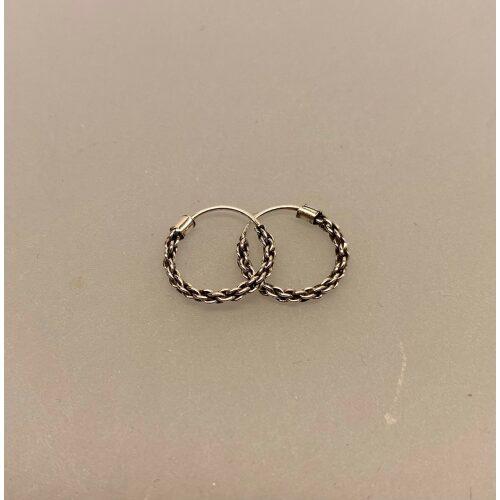 Creoler i sølv Ø 12 mm Kædemønster, Creoler i sølv Ø 12 mm Kædemønster, kæde, flettet, flettede, fletmønster, chain, ankermønster, ankerkæde, facet, Anker Facet, hoops, oxiderede, mørke, rhodinerede, creoler, creol, runde øreringe, runde ringe, specielle, moderne, sølv øreringe, sølv ringe, ægte sølv, sterling sølv, holdbare, billige, boho, bali, inn, cool, stacking, look, hippie, Biti, Ribe, danske brands, dansk design, Maanesten, Stine A, Susanne Friis Bjørner, Enamel,